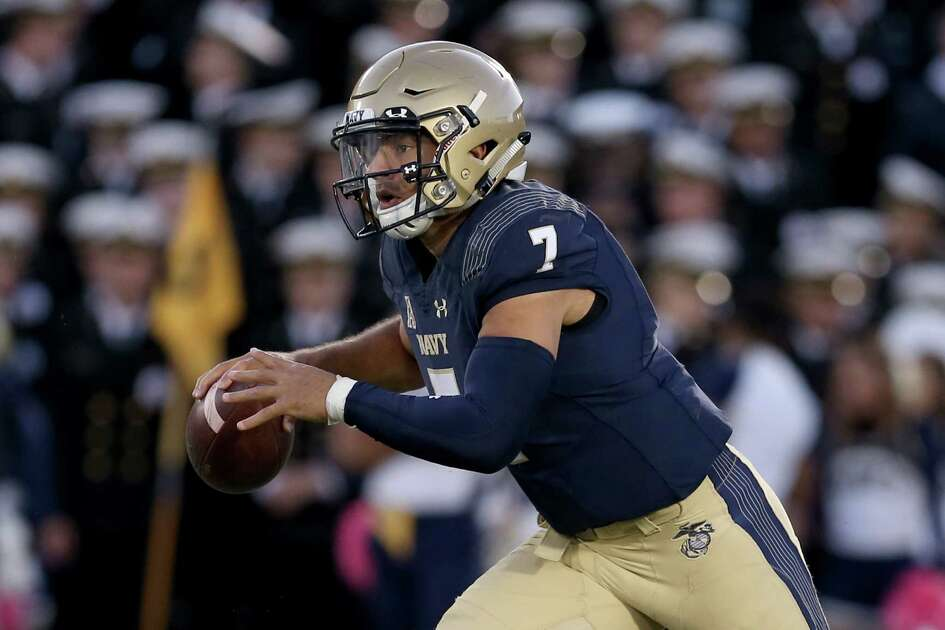 ANNAPOLIS, MD - OCTOBER 13: Garret Lewis #7 of the Navy Midshipmen scrambles against the Temple Owls during the second half at Navy-Marines Memorial Stadium on October 13, 2018 in Annapolis, Maryland.