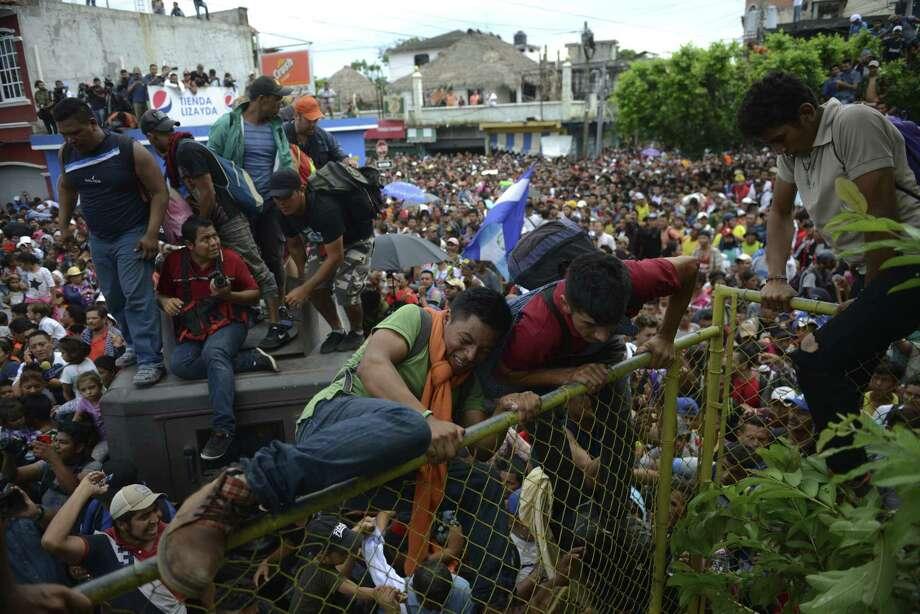 Miles de migrates hondureños se apresuran hacia México en Tecún Umán, Guatemala, el viernes 19 de octubre de 2018. Photo: Oliver De Roos / Associated Press / Copyright 2018 The Associated Press. All rights reserved