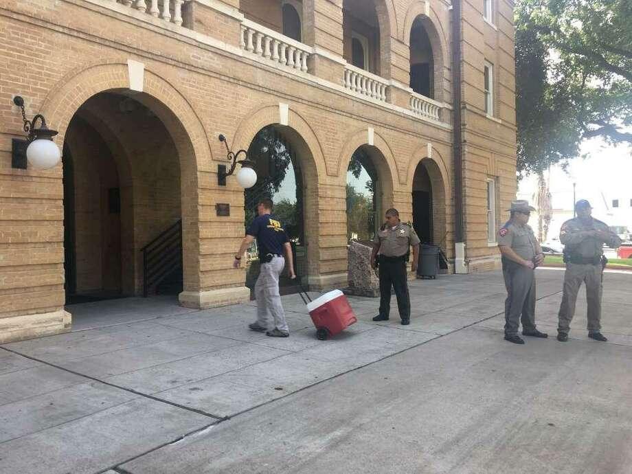 ARCHIVO — El FBI ejecutó una orden de cateo en el juzgado del Condado de Webb en abril de 2017. La oficina de Jaime Canales fue la única registrada por el FBI. Canales se declaró culpable de un cargo de soborno el jueves en una corte federal de Houston. Photo: Laredo Morning Times
