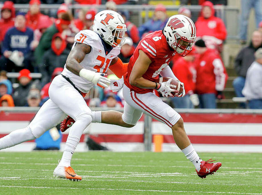 Illinois defensive back Cameron Watkins moves in as Wisconsin wide receiver Danny Davis (6) makes a reception Saturday in Madison, Wis. Photo: AP Photo