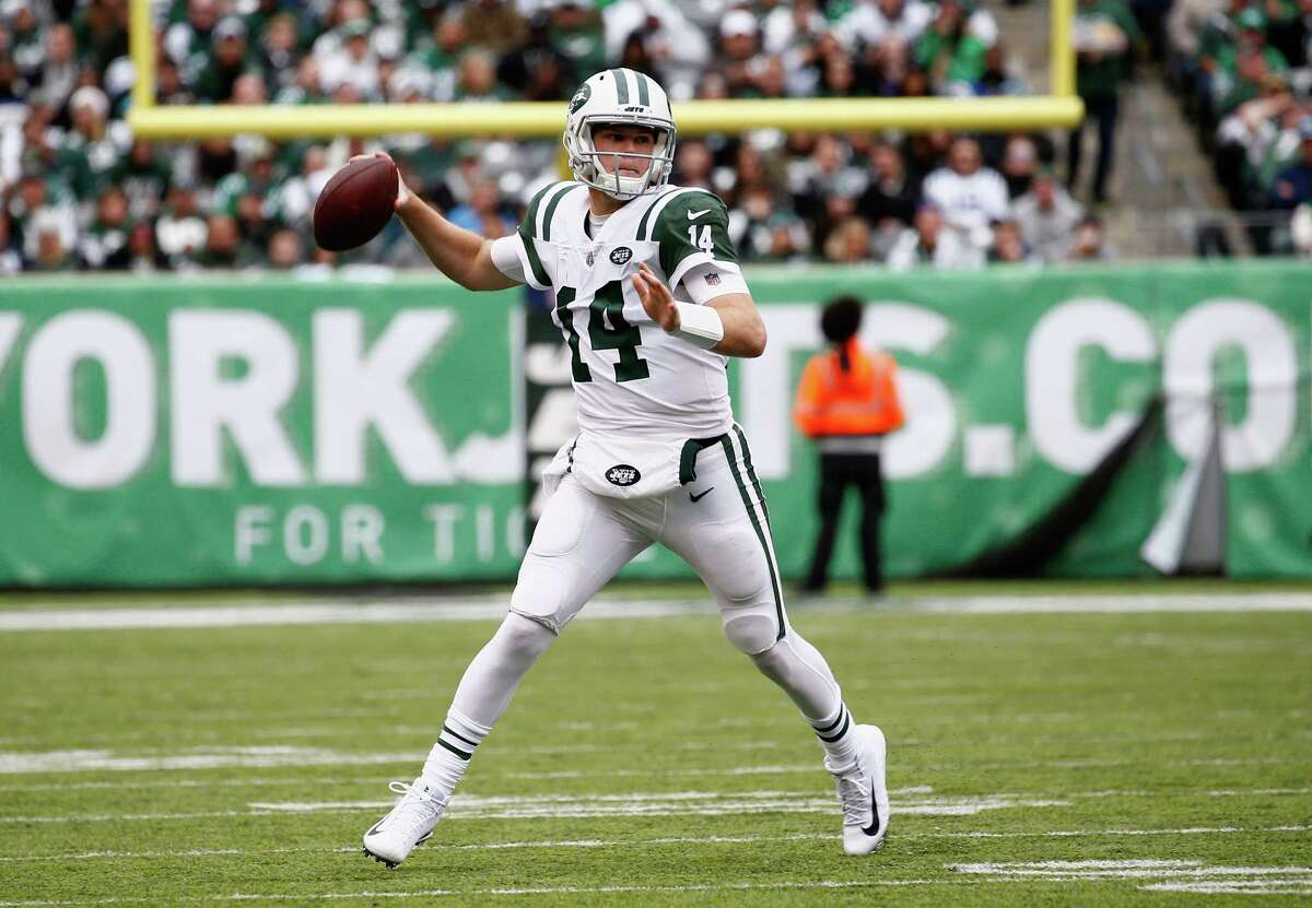 EAST RUTHERFORD, NJ - OCTOBER 14: Quarterback Sam Darnold #14 of the New York Jets throws a pass against the Indianapolis Colts during the third quarter at MetLife Stadium on October 14, 2018 in East Rutherford, New Jersey. (Photo by Jeff Zelevansky/Getty Images)
