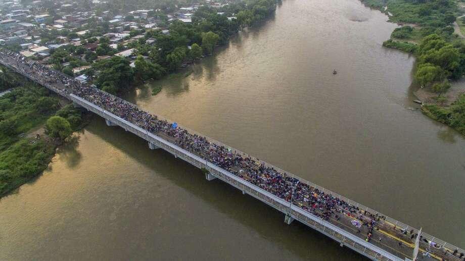 Una vista aérea de la caravana migrante hondureña que se dirige a los Estados Unidos, en el puente internacional fronterizo Guatemala-México en Ciudad Hidalgo, estado de Chiapas, México, el 20 de octubre de 2018. Photo: Pedro Pardo /AFP /Getty Images / AFP or licensors