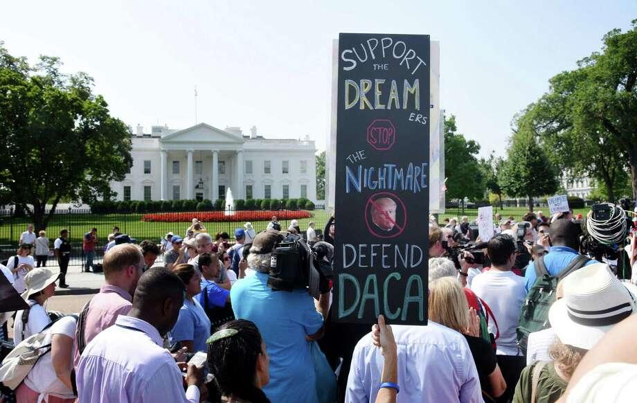 ARCHIVO— Personas protestan durante un rally de apoyo a DACA en el exterior de la Casa Blanca en septiembre de 2017. Photo: Olivier Douliery /TNS / Abaca Press