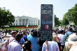 ARCHIVO- Personas protestan durante un rally de apoyo a DACA en el exterior de la Casa Blanca en septiembre de 2017.