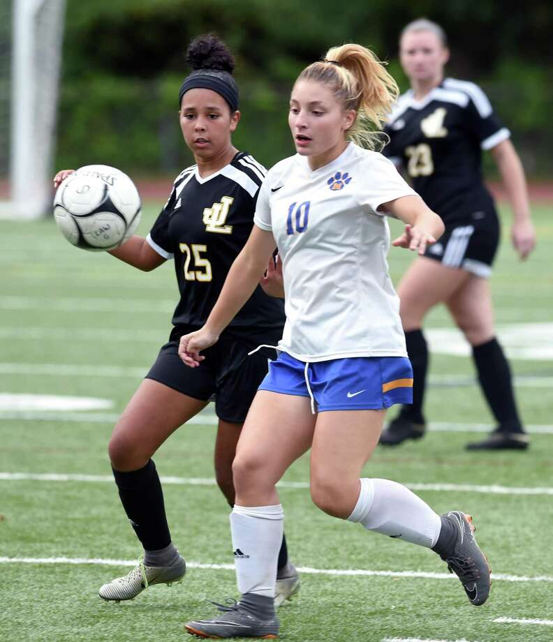 The Mercy girls soccer team will take on Shelton with the top seed in the SCC tournament on the line. Photo: Arnold Gold / Hearst Connecticut Media File Photo / New Haven Register
