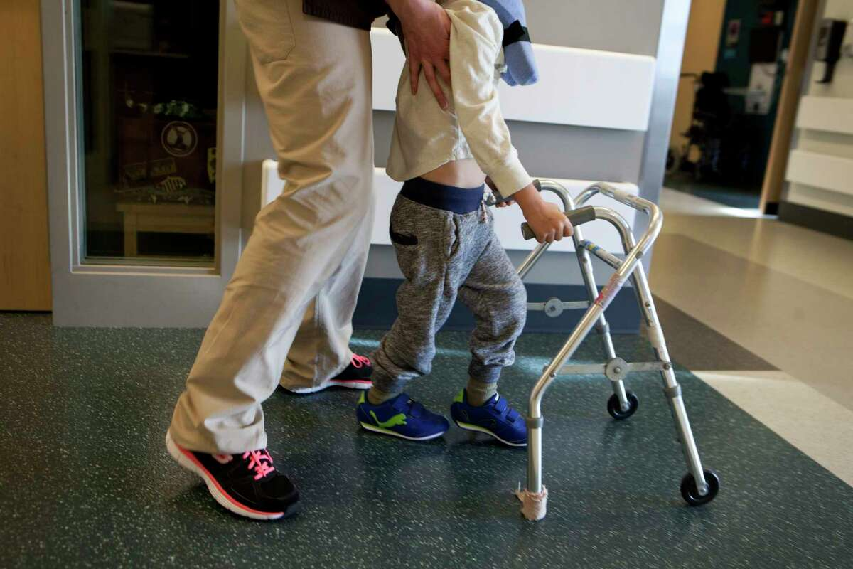 A 4-year-old boy who had experienced episodes of paralysis attends physical therapy to help rebuild his strength and balance at Spaulding Rehabilitation Hospital in Charleston, Mass., Oct. 28, 2014. A new strain of a common respiratory virus, enterovirus 68, may be responsible for partly paralyzing more than 100 children in 34 states since August, researchers reported March 30, 2015. (Kayana Szymczak/The New York Times) ORG XMIT: XNYT97