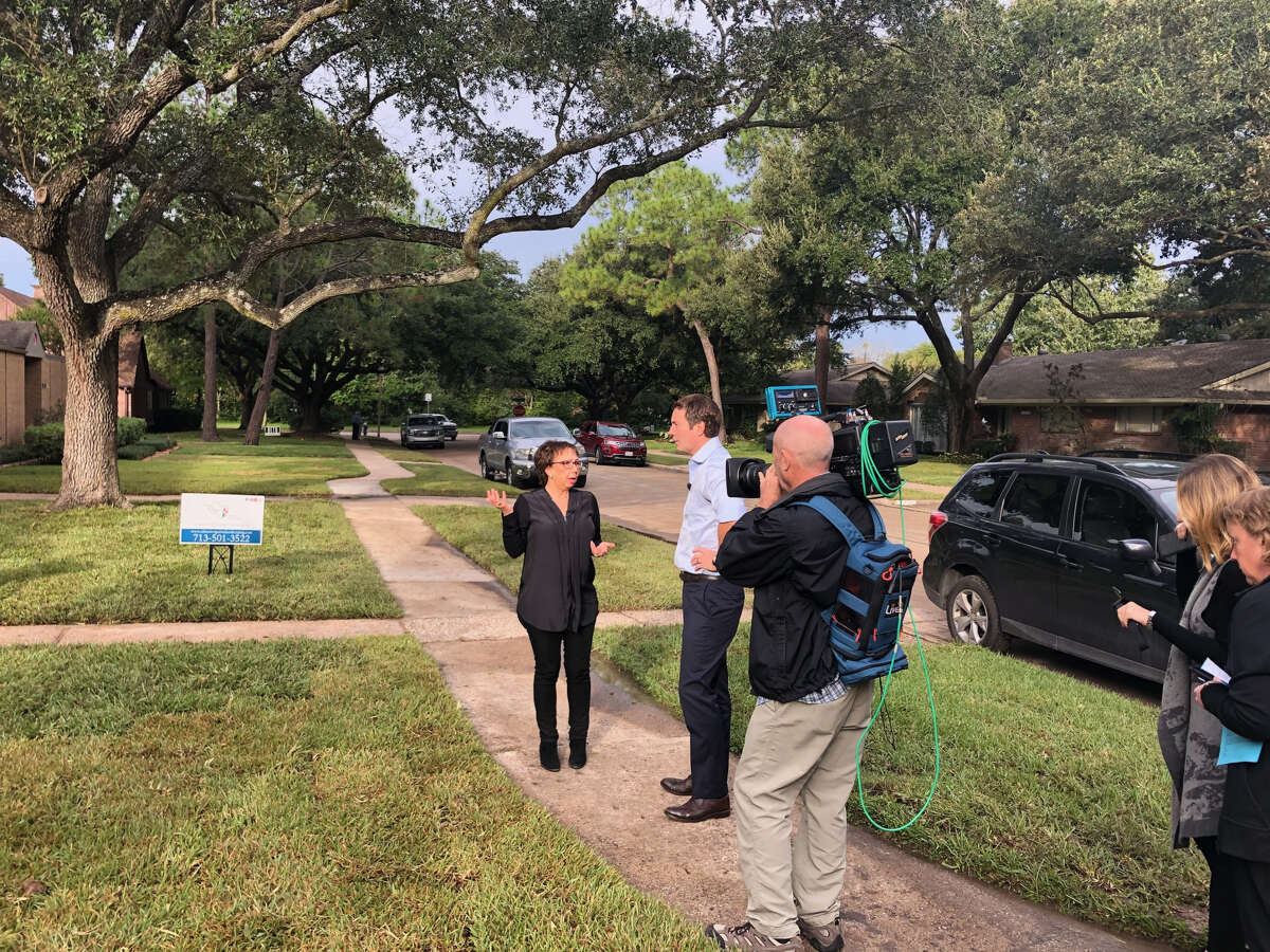 Jeff Glor interviews a Houstonian during a visit to cover the mid-term elections.
