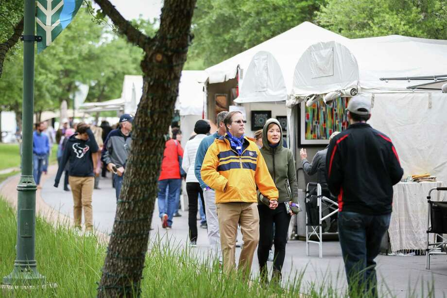 Attendees of The Woodlands Waterway Arts Festival browse artists booths on Saturday, April 7, 2018, in The Woodlands. Photo: Michael Minasi, Staff Photographer / Houston Chronicle / © 2018 Houston Chronicle