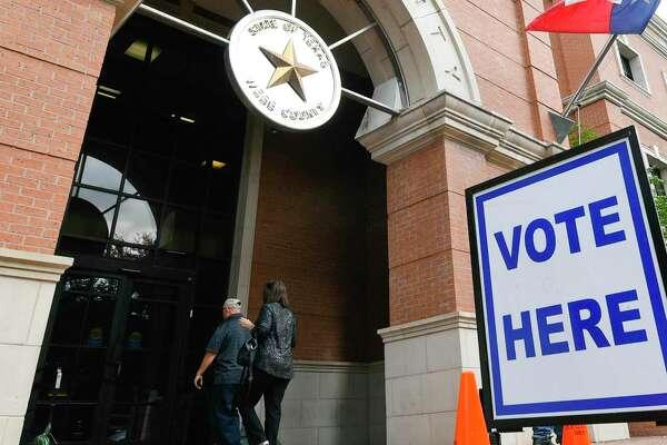 Laredenses entran al Edificio de Administración Billy Hall Jr., el sitio principal de votación, el lunes 22 de octubre de 2018. Las votaciones anticipadas terminan el 2 de noviembre de 2018.