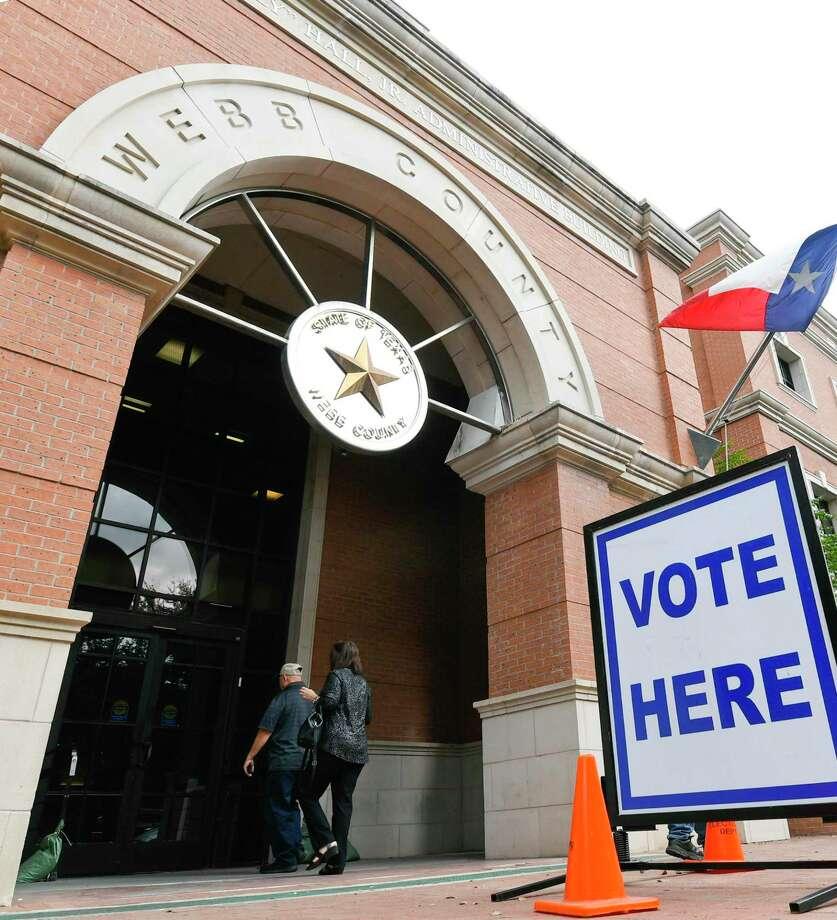 ARCHIVO — Laredenses entran al Edificio de Administración Billy Hall Jr., el sitio principal de votación, el lunes 22 de octubre de 2018. Las votaciones anticipadas terminan el 2 de noviembre de 2018. Photo: Danny Zaragoza /Laredo Morning Times / Laredo Morning Times