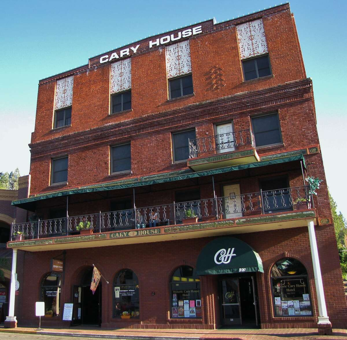 The Historic Cary House Hotel: exterior