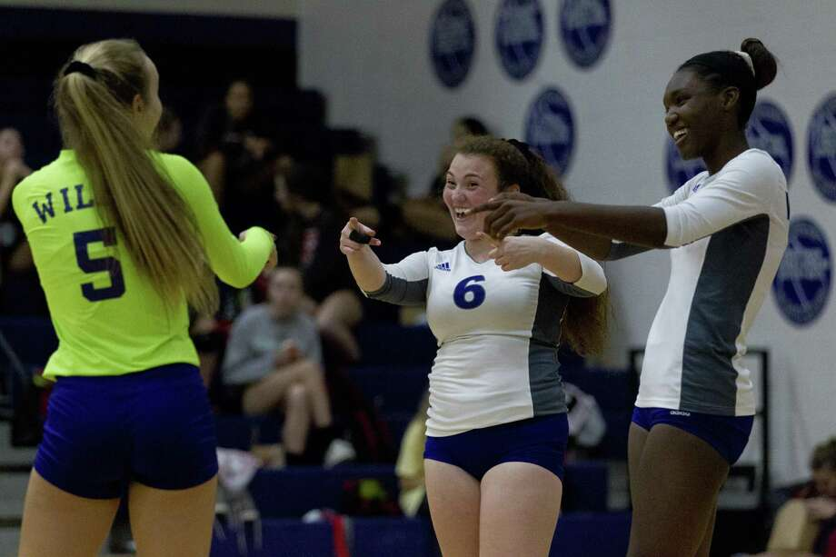 Willis setter Erin Bond (6) and middle hitter Makayla Bane (1) joke iwth defensive specialist Macy Sproba (5) during the first set of a District 20-5A high school volleyball match at Willis High School, Tuesday, Oct. 23, 2018, in Willis. Photo: Jason Fochtman, Houston Chronicle / Staff Photographer / © 2018 Houston Chronicle