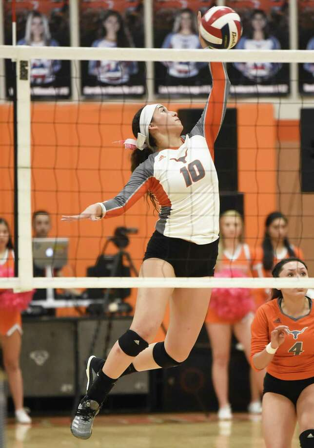 Carolina Medellin and United beat rival No. 19 Alexander in five sets in the regular-season finale to claim a share of the District 29-6A title. Photo: Danny Zaragoza /Laredo Morning Times / Laredo Morning Times