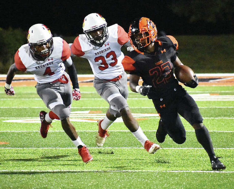Edwardsville running back Dionte Rodgers carries the ball during a regular season game against Alton inside the District 7 Sports Complex. Photo: Matt Kamp/Intelligencer