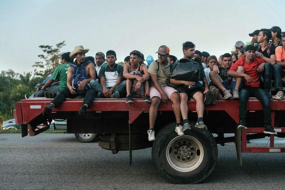 Un grupo de migrantes de América Central viajan en la parte trasera de un camión en las afueras de Huixtla, México, y esperan continuar su viaje hacia los Estados Unidos, el miércoles 24 de octubre de 2018. El alcalde de Nuevo Laredo, México, Enrique Rivas Cuéllar dijo que ha sostenido reuniones con los cónsules de México y Estados Unidos para estar preparados ante la llegada de los migrantes a la región fronteriza. Photo: Luis Antonio Rojas /NYT / NYTNS