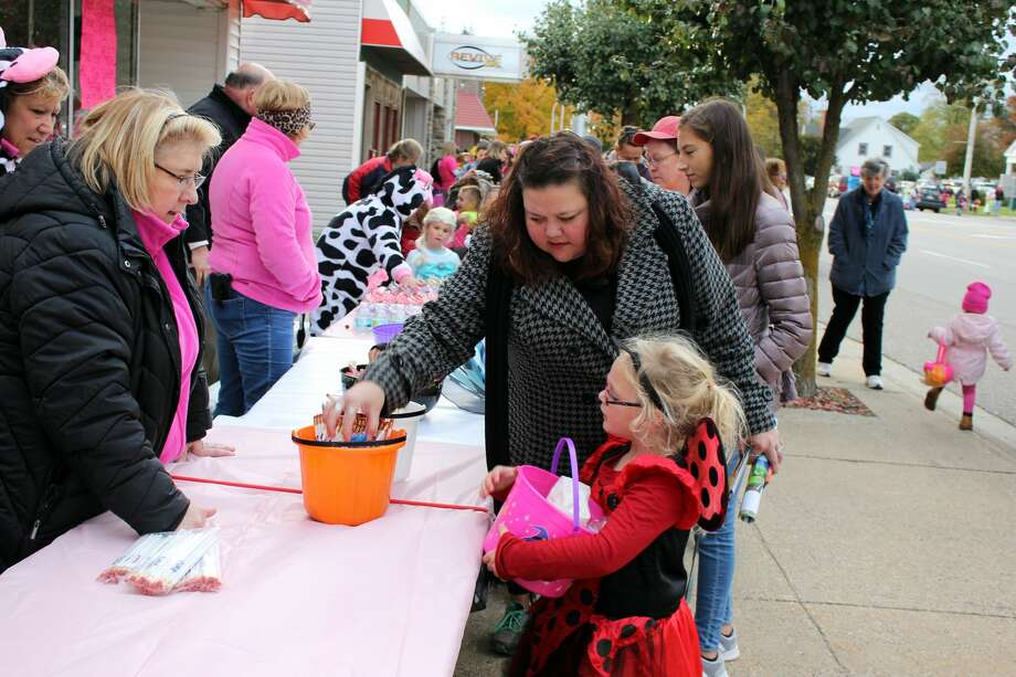 Crowd estimates for Cass City's 2018 Pink-or-Treat Tuesday ranged from 900 to 1,000 participants. Dozens of businesses lined Main Street and passed out goodies to raise breast cancer awareness. Photo: Brenda Battel/Huron Daily Tribune
