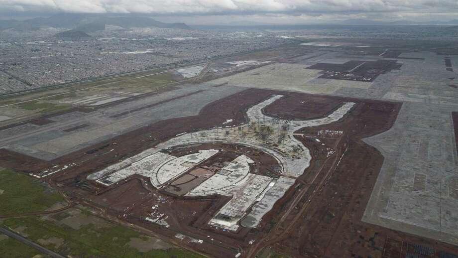 En esta imagen, tomada el 17 de octubre de 2018, se muestra la construcción del nuevo aeropuerto en Texcoco, México. El nuevo aeropuerto de la Ciudad de México está completado en un 30 por ciento, pero su futuro se decidirá en una consulta popular esta semana. Photo: Miguel Tovar /Associated Press / Copyright 2018 The Associated Press. All rights reserved.