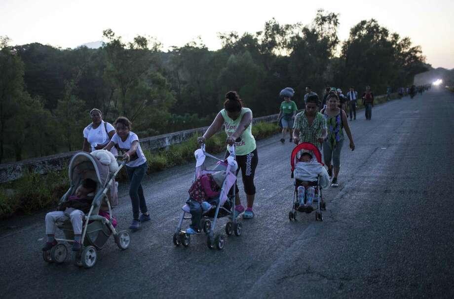 Los migrantes centroamericanos que viajan en caravana a Estados Unidos se dirigen a Pijijiapan, México, el jueves 25 de octubre de 2018. Photo: Rodrigo Abd /Associated Press / Copyright 2018 The Associated Press. All rights reserved.