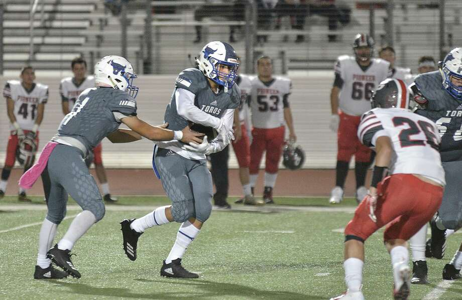 Cigarroa's Alex Guzman, right, finished the 2018 season with 218 rushing yards and a touchdown on 46 attempts while also adding 99 receiving yards on 15 catches. Photo: Cuate Santos /Laredo Morning Times File