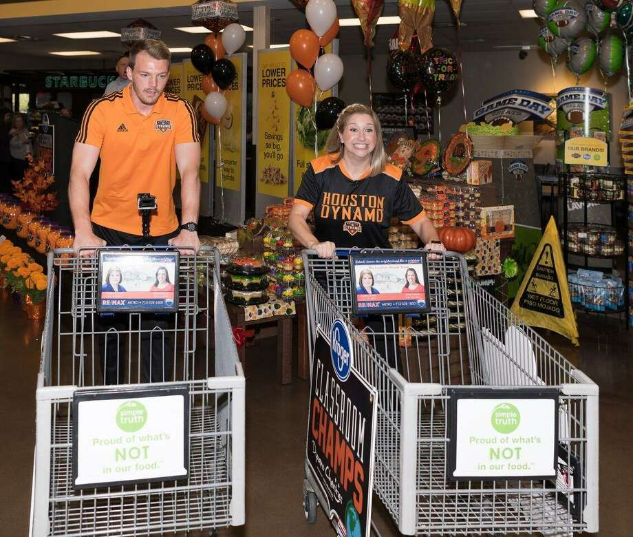 Sizemore and WIllis prepare for the Kroger shopping spree Photo: Houston Dynamo Charities