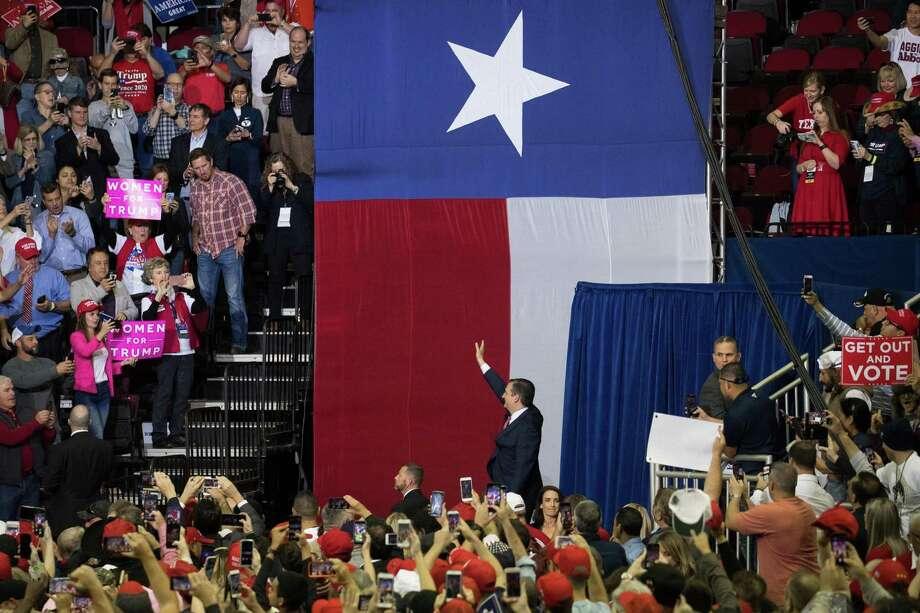 El Senador Ted Cruz (R-TX) sube al escenario para un mitin con el Presidente Donald Trump el 22 de octubre de 2018 en Toyota Center en Houston. Photo: Loren Elliott /Getty Images / 2018 Getty Images