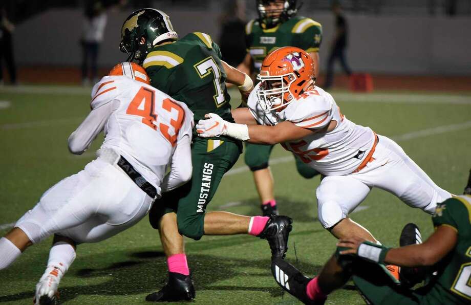 United linebacker Hector Benavides (left) has a team-high 21 tackles as United is off to a 2-1 start. Photo: Danny Zaragoza /Laredo Morning Times / Laredo Morning Times