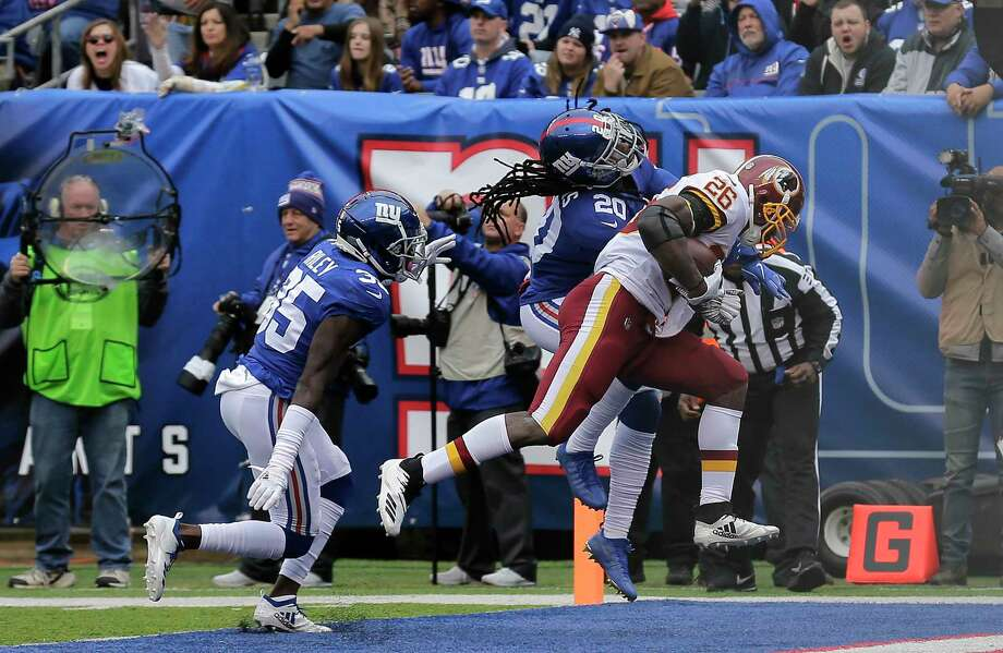 Washington Redskins running back Adrian Peterson (26) scores a touchdown  against New York Giants c91f5a3bd