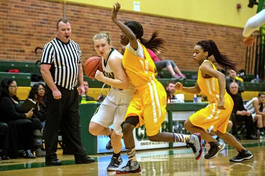 Dow High's Ellie Taylor drives past Arthur Hill's Dajunae Favorite during a Dec. 1, 2015 game. (Daily News file photo)
