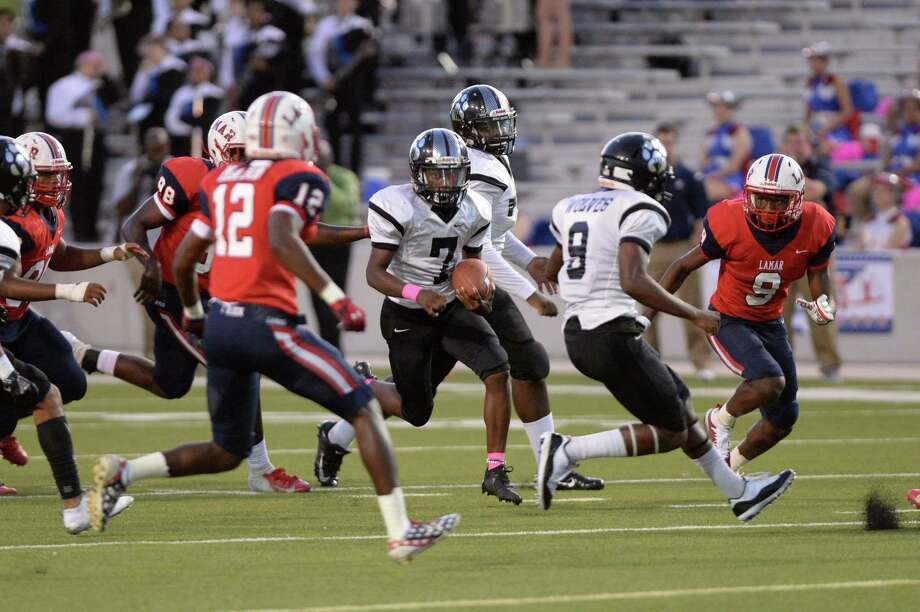 Akeem Benjamin (7) of Westside carries the ball on a quarterback keeper in the first quarter of a high school football game between the Lamar Texans and the Westside Wolves on Friday, October 5, 2018 at Delmar Stadium, Houston, TX. Photo: Craig Moseley, Houston Chronicle / Staff Photographer / ©2018 Houston Chronicle