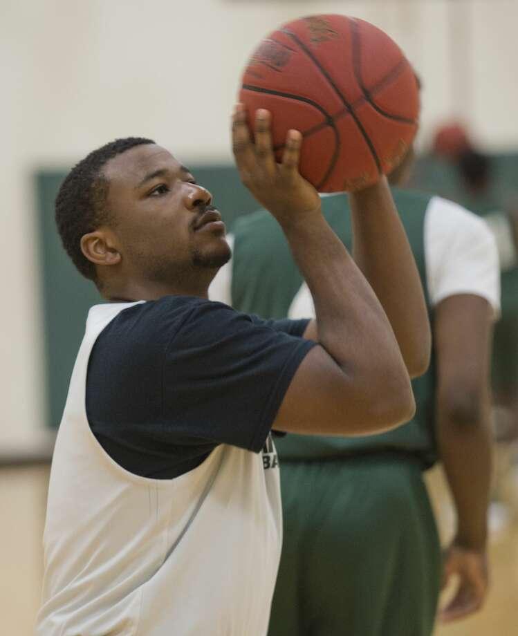 Midland College's Montre Gipson shoots baskets 10/29/18 during practice. Tim Fischer/Reporter-Telegram Photo: Tim Fischer/Midland Reporter-Telegram
