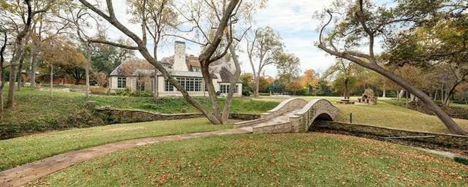 Golf legend Lee Trevino cut the price on his Dallas mansion to $7.5M. Photo: Realtor.com