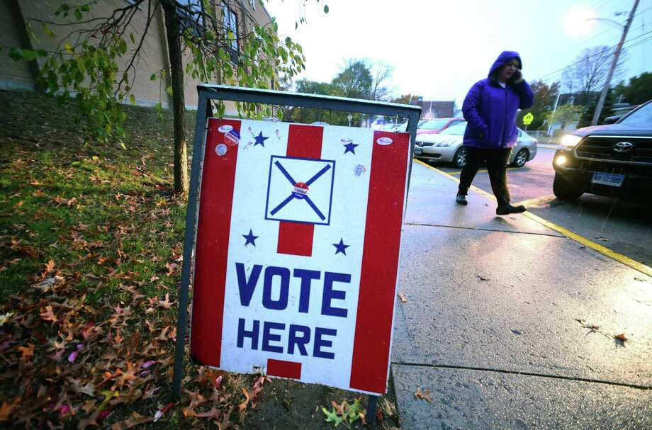 A sign steers voters into a polling place at Irving School in Derby on November 7, 2017. Photo: Arnold Gold / Hearst Connecticut Media / New Haven Register