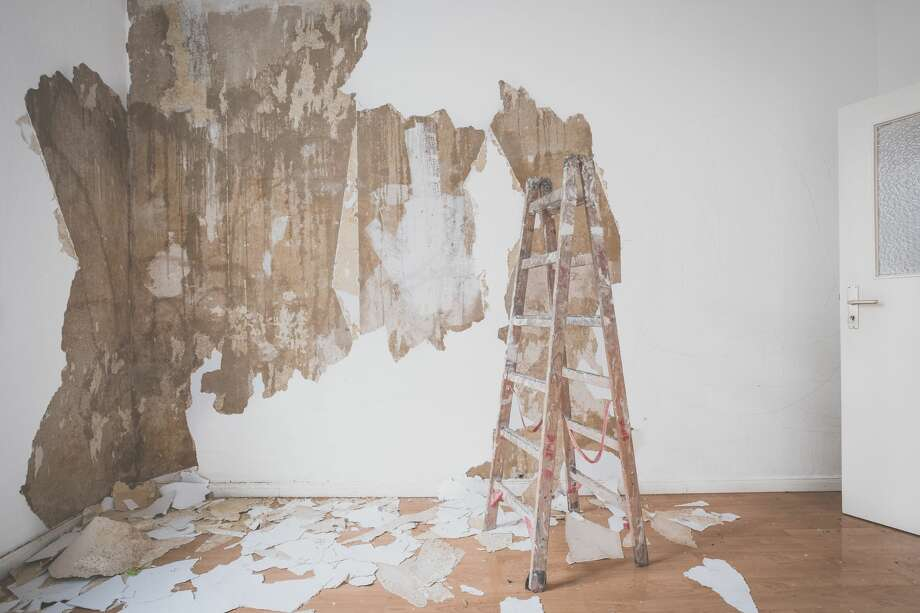 ladder in empty room  flat during renovation - removing wallpaper Photo: Hanohiki/Getty Images/iStockphoto