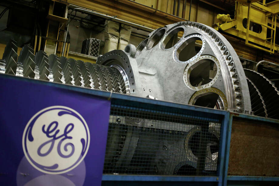 A logo is displayed next to a gas turbine at the General Electric energy plant in Greenville, South Carolina, on Jan. 10, 2017. Photo: Bloomberg Photo By Luke Sharrett. / © 2017 Bloomberg Finance LP