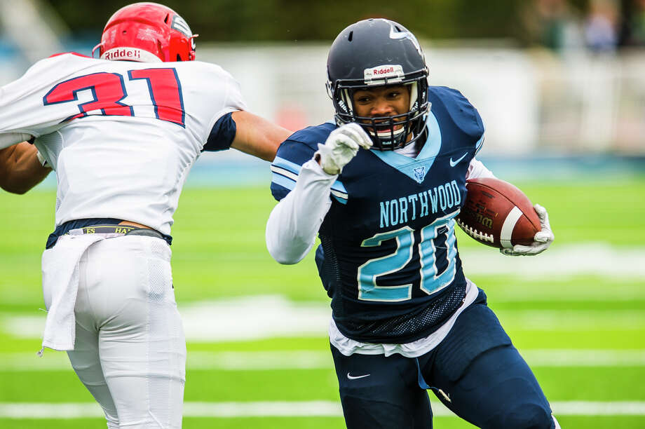 Northwood's Jalen Lewis (20) carries the ball during a game against SVSU on Saturday, Nov. 3, 2018 at Northwood. (Katy Kildee/kkildee@mdn.net) Photo: (Katy Kildee/kkildee@mdn.net)