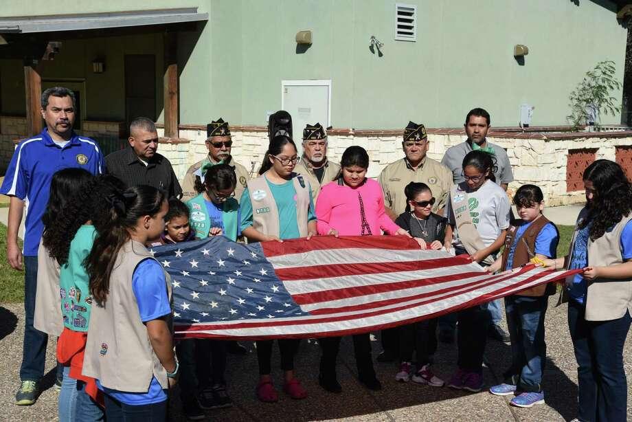 En asociación con American Legion Post 850, la Tropa 9120 de Girl Scouts Laredo, retiró una bandera estadounidense que ondeó en Irak en el edificio de Girl Scouts of Greater South Texas, el 3 de noviembre. Photo: Christian Alejandro Ocampo / / Laredo Morning Times