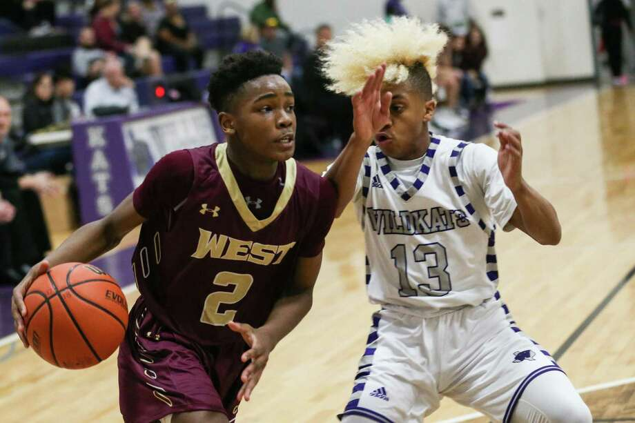 Magnolia West's Jaylen Wysinger (2) drives for the basket as Willis' D'shawn Woods (13) defends during the boys basketball game on Tuesday, Dec. 19, 2017, at Willis High School. (Michael Minasi / Houston Chronicle) Photo: Michael Minasi, Staff Photographer / Houston Chronicle / © 2017 Houston Chronicle