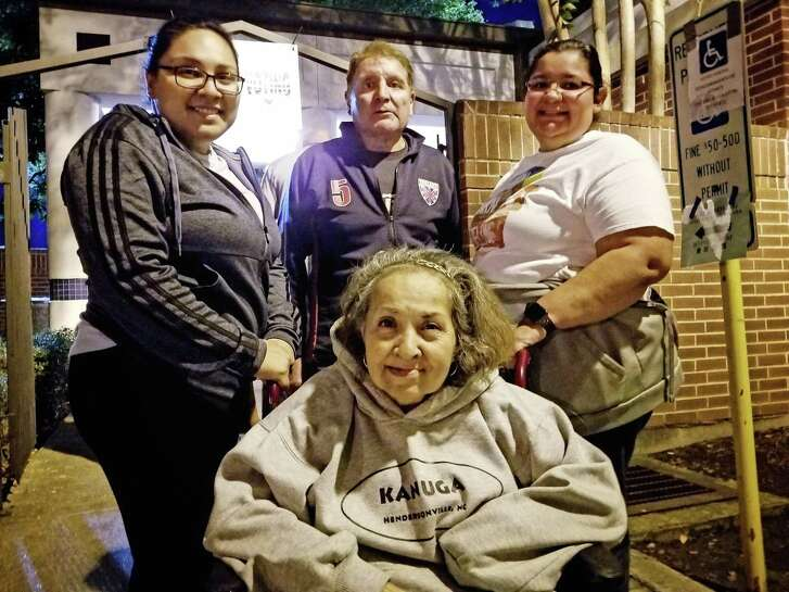 Maria Pineda, 60, went to vote on Friday, November 3, the last day of the early elections in Harris County, in her wheelchair at the Bayland Park Community Center in the Sharpstown area accompanied by her daughter Wendy Pineda (left), her husband Tomás Pineda (center) and Lucía Guerrero, a friend of the family. They waited about three hours in line for their turn to vote.