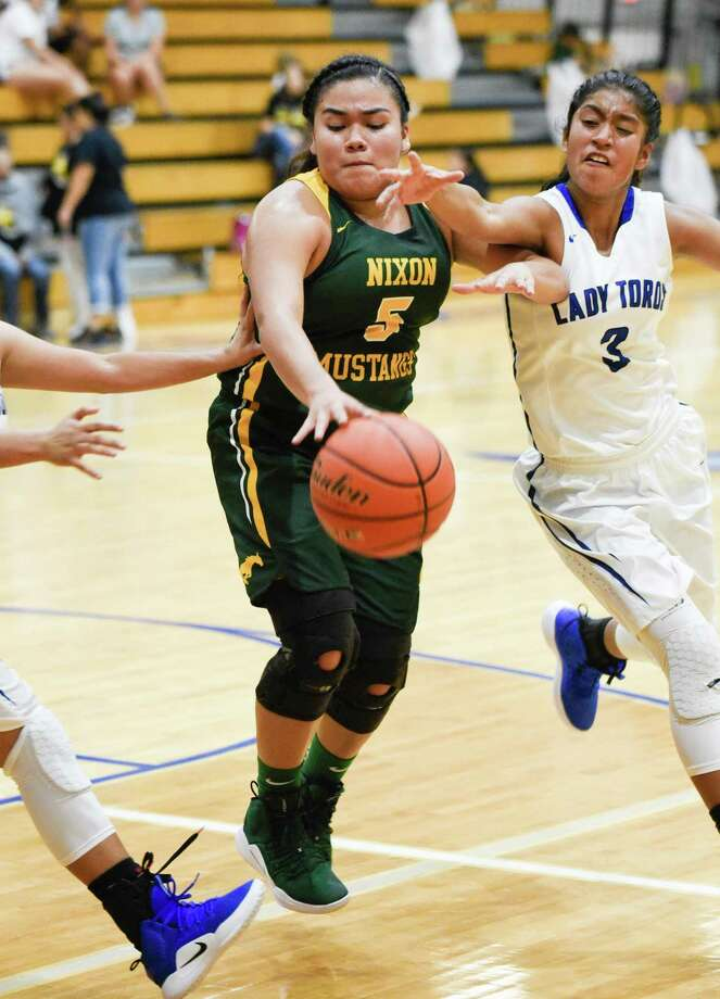 Alyssa Mata and Nixon improved to 2-0 with a 54-38 victory at Cigarroa on Tuesday night in a battle of playoff teams from a year ago. Photo: Danny Zaragoza /Laredo Morning Times