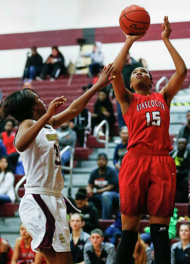 Atascocita's Elyssa Coleman (15) takes a shot with Summer Creek's Burgandi Griffin defending during a 21-6A girls high school basketball game at Summer Creek on Friday, Jan. 26, 2018, in Humble. ( Brett Coomer / Houston Chronicle ) Photo: Brett Coomer, Staff / Houston Chronicle / © 2018 Houston Chronicle