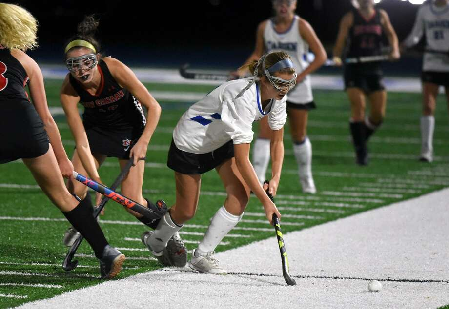 Darien's Shea van den Broek moves the ball during a 3-2 win over rival New Canaan in the Class L field hockey playoffs on Wednesday, Nov. 7, 2018 in Darien, Conn. Photo: Dave Stewart / Hearst Connecticut Media / Contributed Photo / Greenwich Time Contributed