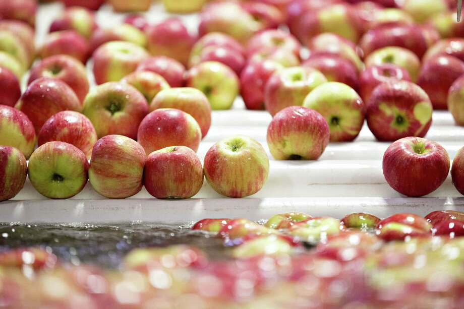 Honeycrisp apples moves through a wash machine at the Jack Brown Produce packing facility on Sept. 27, 2017, in Sparta, Michigan. Photo: Daniel Acker/Bloomberg / Bloomberg