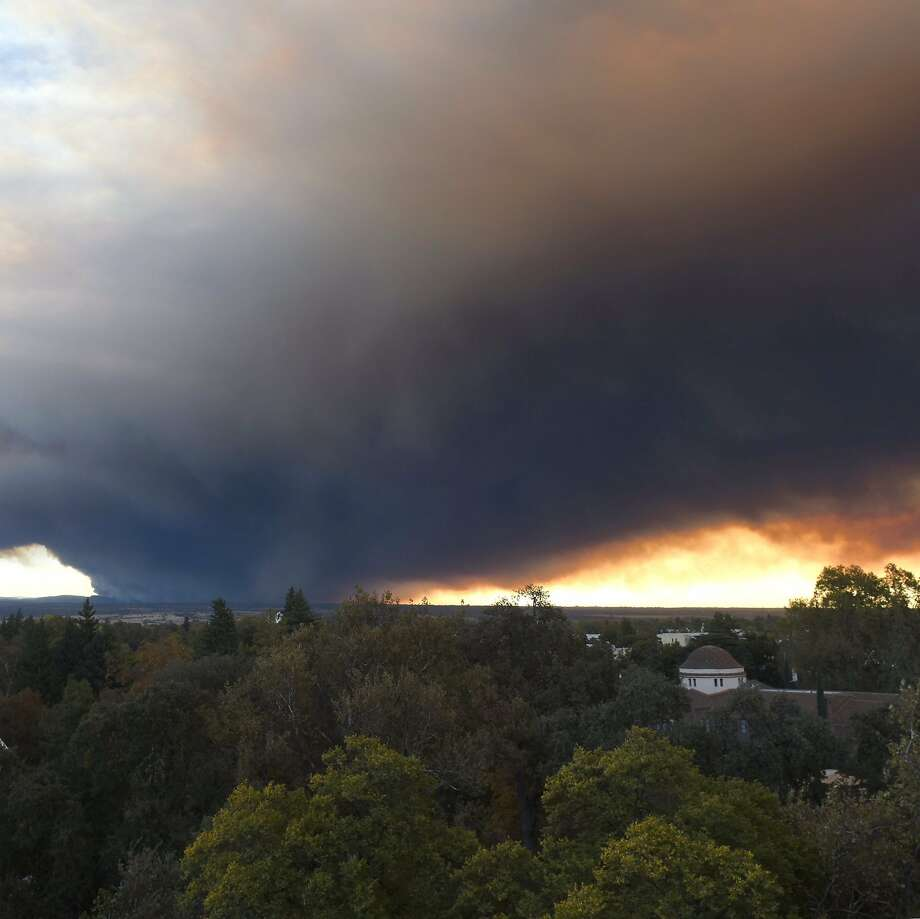 Smoke overflows the California State University, Chico, which burns on November 8, 2018, near Paradise, California, 24 kilometers from Camp Fire. Photo: Twitter