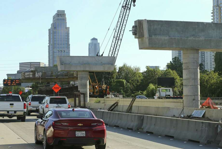 Crews have spent the past year building pillars for the overpass of the dedicated bus lanes along the southbound lanes Loop 610, as seen Oct. 29. Photo: Godofredo A. Vasquez, Houston Chronicle / Staff Photographer / 2018 Houston Chronicle