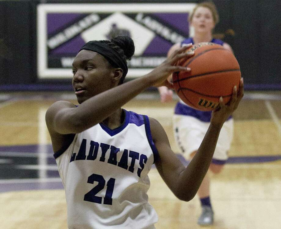 Willis guard De'Janae Gilmore (21) looks to pass during the first quarter of a District 20-5A high school basketball game at Willis High School, Tuesday, Jan. 30, 2018, in Willis. Photo: Jason Fochtman, Staff Photographer / Houston Chronicle / © 2018 Houston Chronicle