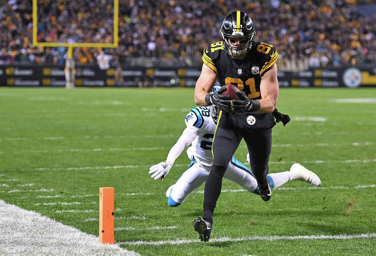 PITTSBURGH, PA - NOVEMBER 08: Jesse James #81 of the Pittsburgh Steelers runs into the end zone for an 8 yard touchdown reception during the third quarter in the game against the Carolina Panthers at Heinz Field on November 8, 2018 in Pittsburgh, Pennsylvania. (Photo by Joe Sargent/Getty Images)