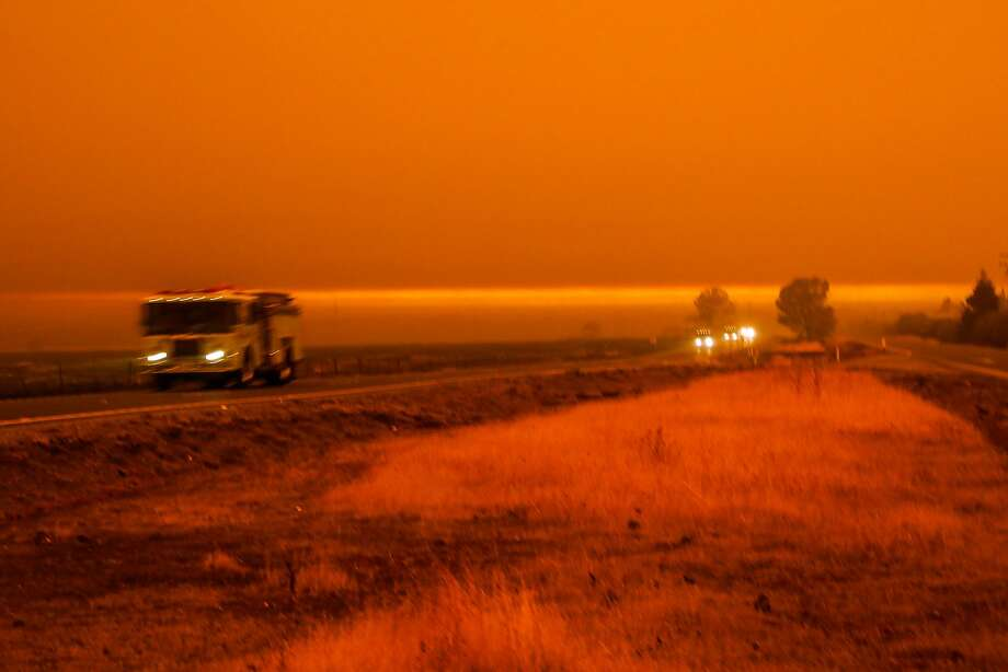 Cars pass Skyway highway during the Camp Fire in Paradise, California, on Friday, Nov. 9, 2018. Photo: Gabrielle Lurie / The Chronicle