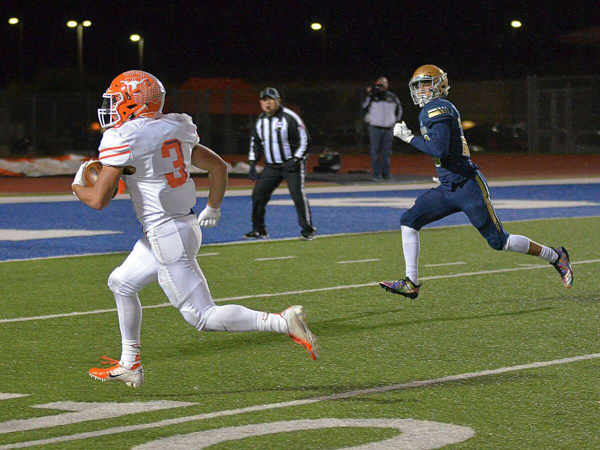 Jerry Gonzalez rushed for 191 yards and two touchdowns and scored on a 37-yard reception Friday leading United to a 37-0 win over Alexander at the SAC to win an outright championship.