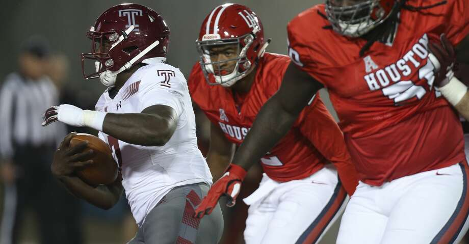 Temple Owls running back Ryquell Armstead (7) carries the ball away from Houston Cougars defense during the first half of the game at TDECU Stadium on Saturday, Nov. 10, 2018, in Houston. Photo: Yi-Chin Lee/Staff Photographer