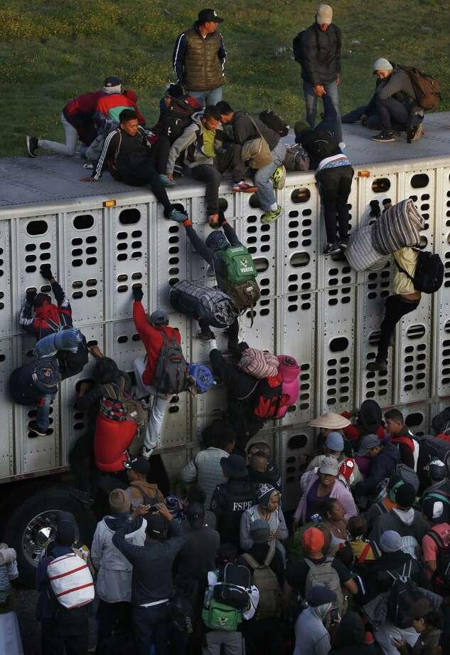 Los migrantes centroamericanos, que forman parte de la caravana que espera llegar a la frontera con Estados Unidos, se suben a un camión de pollos en Irapuato, México, el lunes 12 de noviembre de 2018. Photo: Marco Ugarte /Associated Press / Copyright 2018 The Associated Press. All rights reserved.
